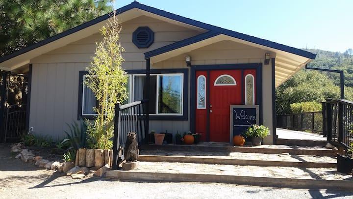 The Manzanita Grove- Cute home with stunning views