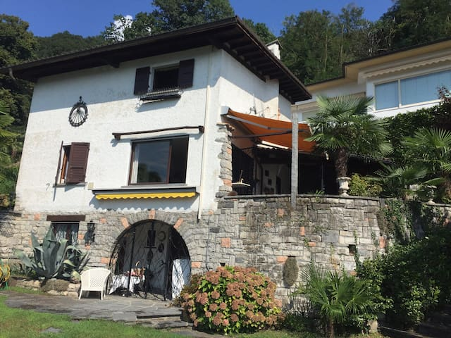 Holiday house with pool and lake view - Bissone - Casa