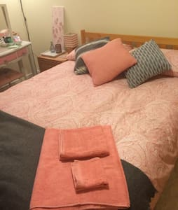 En suite double bed in village - Elsecar - Byt