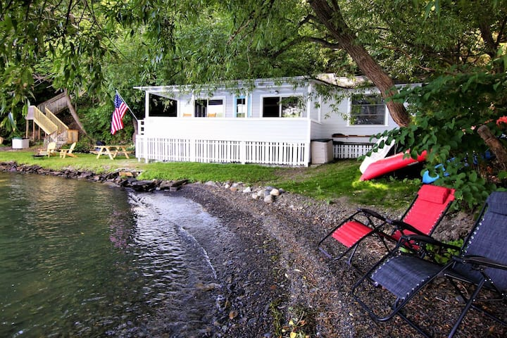Dog-friendly and private lakefront cottage with boat dock and kayaks!