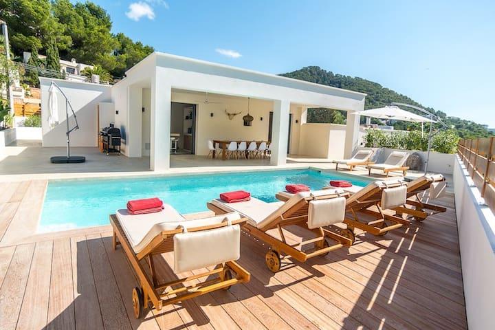 Lovely villa near the beach of Cala Llonga