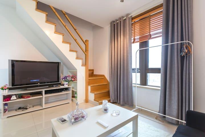 静安地铁零距离欧式loft温馨公寓复式两房,步行2分钟三条轨交线 - Xangai