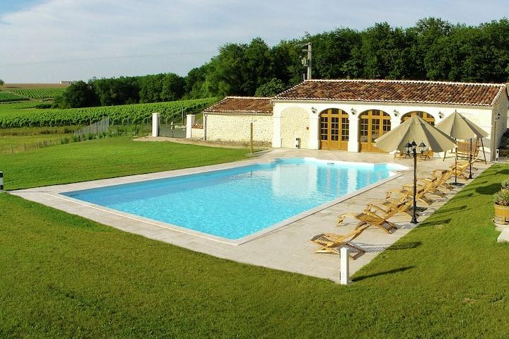 Luxe appartement met een terras, sauna en verwarmd zwembad bij Saint-Preuil