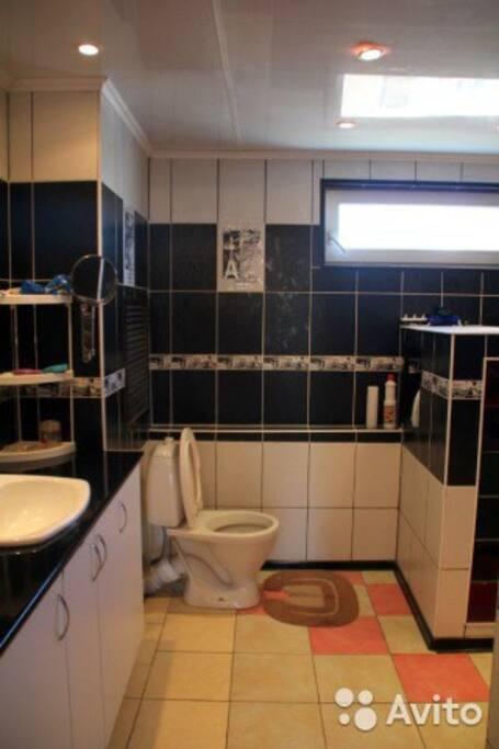 Ванная комната, совмещена с туалетом, есть душ. Горячая/холодная вода.