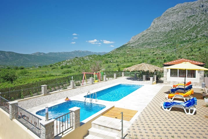 ctza132/ Villa welcomes 8  adults + 2 children, private pool and jacuzzi, children's playground, possibility of heated pool, Makarska - Vrgorac