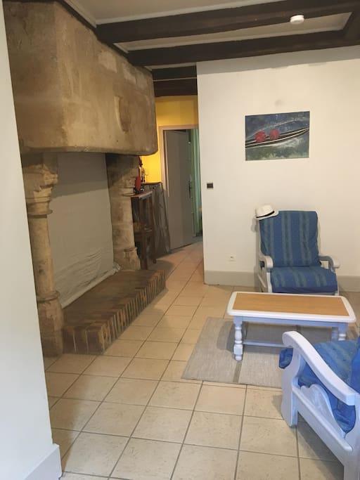 La cheminée monumentale dans l'espace salon