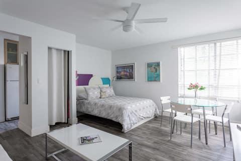 舒适的单间公寓,带泳池,距离海滩2个街区