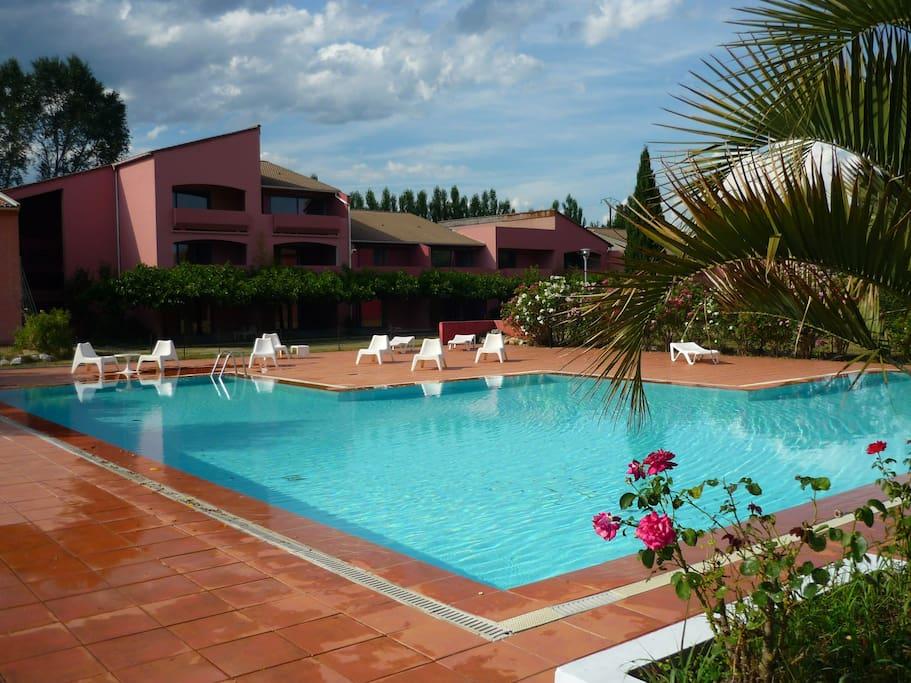G te en rez de jardin avec piscine appartements louer for Hotel piscine interieure rhone alpes
