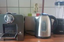 Nespresso apparaat, waterkoker en blender