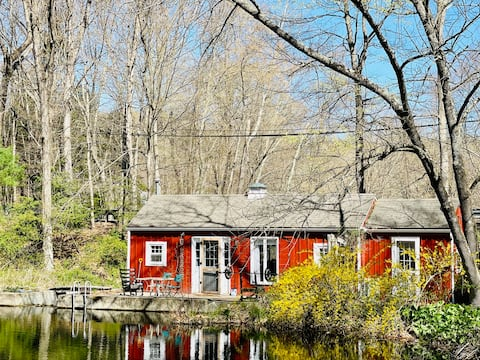 Cozy Dock-side Cottage at Amelia Pond in Newtown!