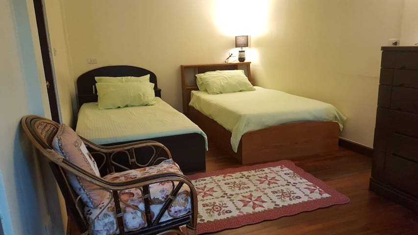 Twin beds in 2nd bedroom