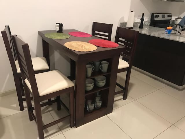 Comedor y cocina equipados - Living room and kitchen are fully equipped