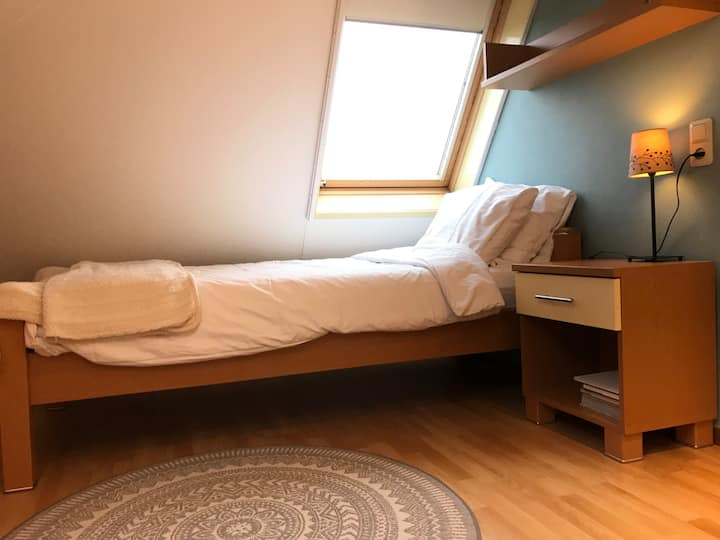 Breda N-W, quiet and clean room with desk