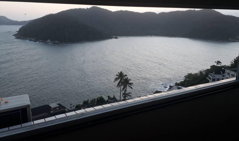 Você  abre a janela e se depara com essa maravilha de natureza , ao som das águas batendo nas pedras. Show de bola !!