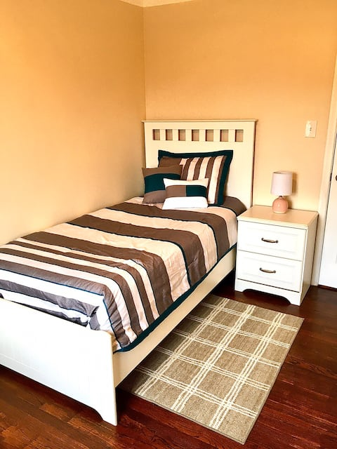 Private Room for 1 in Quiet East Dearborn