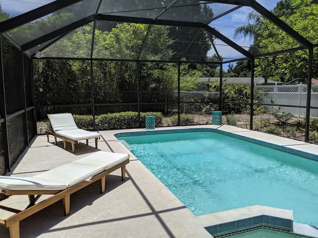 Heated Pool 3bd/2bt Home 3 Miles to Siesta Beach!
