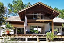"""Les grandes ouvertures font entrer la nature dans la maison et on s'y sent vivre """"dedans-dehors"""" !"""