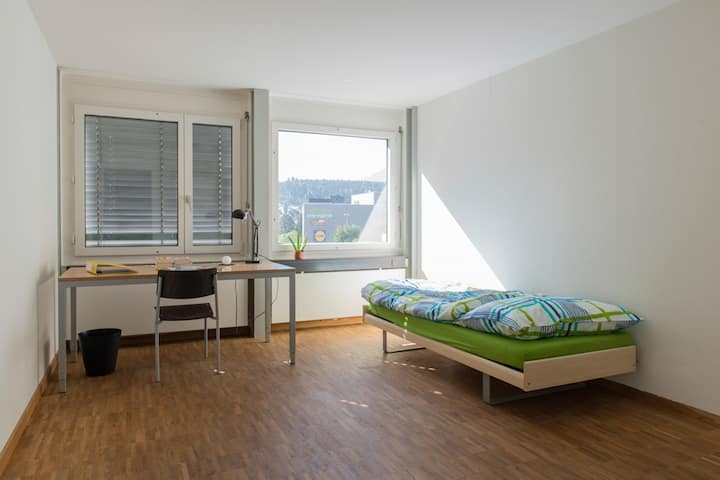 2 Bright, large rooms - 2 min from train station!