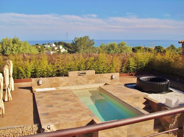 CD373 - Great holiday villa with a seaview to the Med