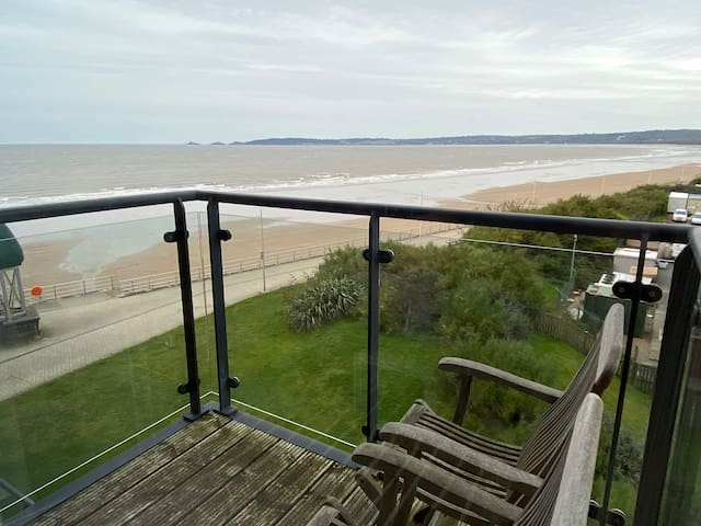 Sea front apartment, sleeps 4, secure parking
