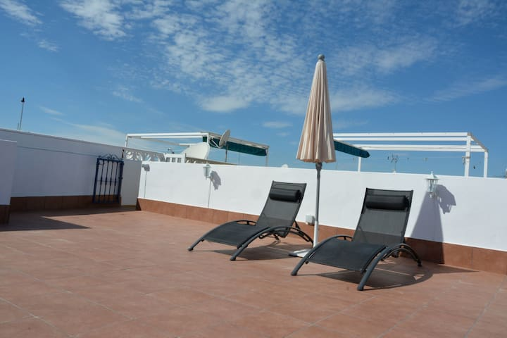 3 bed Apt w/private roof terrace & communal pool