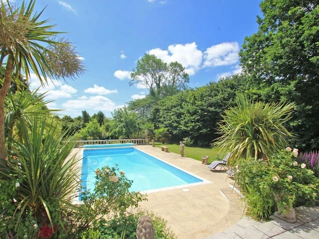 SAM'S CABIN, family friendly, with pool in Looe, Ref 959653