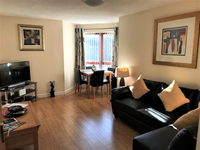 Apartment near Glasgow Airport Private Parking
