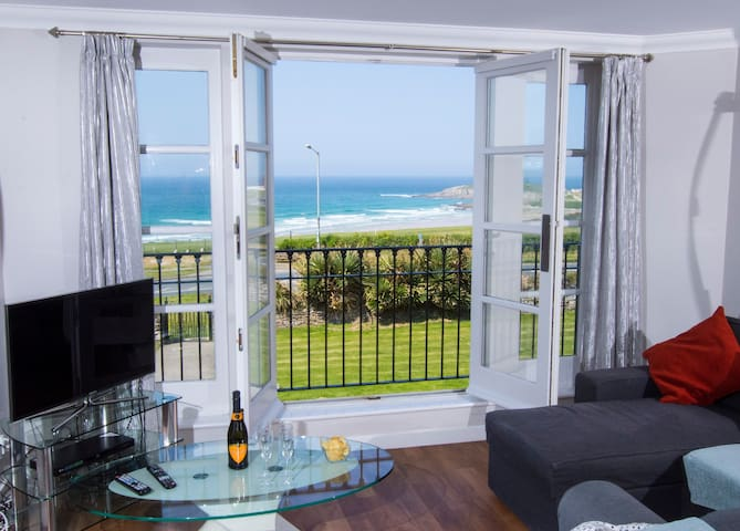 Luxury 3 bed house, open views of Fistral Beach
