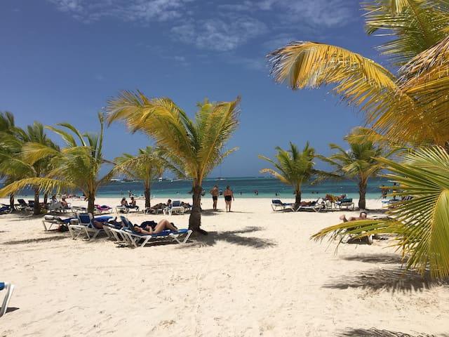 Stilish getaway (beach, wifi, pool)