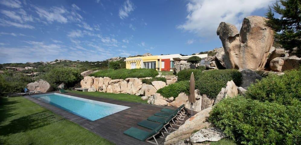 Villa & Pool on the Front of Beach - Punta Sardegna - Rumah