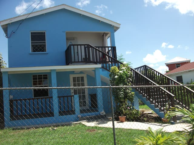 3 bed apt minutes from beach
