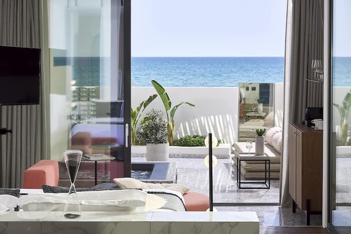 Deluxe Suite with Outdoor Jacuzzi and Seaview