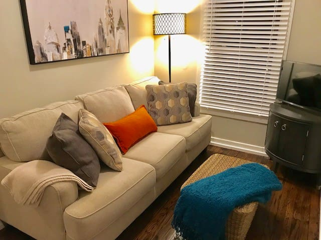 Chic, Cozy and walkable to Downtown JC