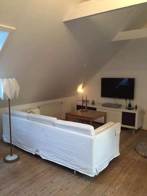 Hyggelig stue med tv og dvd afspiller.