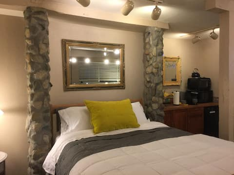 Yellow Door Dunsmuir - Romantic Getaway  Romantic Dunsmuir private entry studio.    Coded entry, memory foam mattress, TV, Wi-Fi, cable, coffee, mini-fridge, and outdoor patio area.  Walk to town, fishing, river, or train station.  #yellowdoordunsmuir