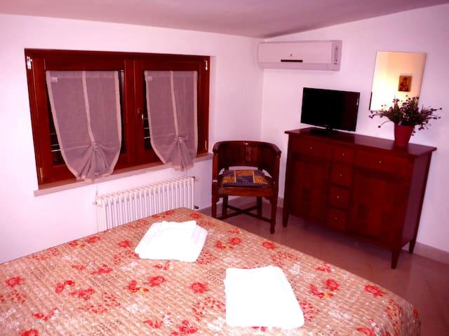 Camera 4 con letto matrimoniale