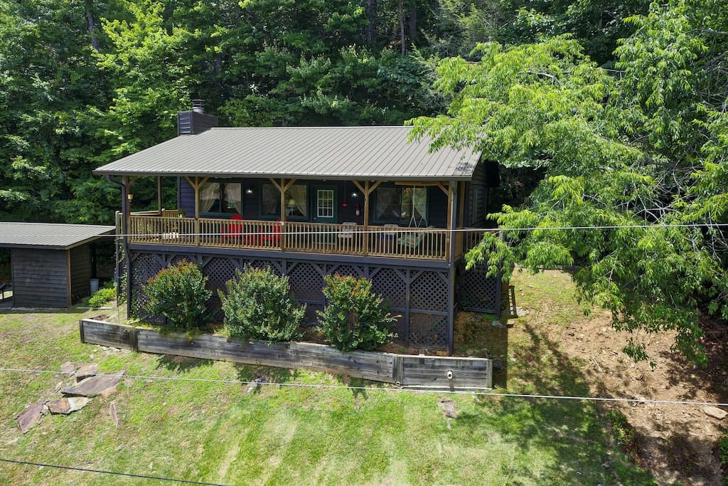 This vacation rental cabin is located in Murphy on the banks of Nottely River.