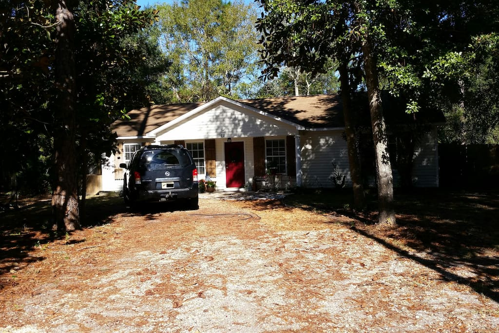Mermaid Cottage in the Woods - best of woods & water! Peaceful setting amid the forest & Bay, just a short drive to the world famous sugar sand beaches.