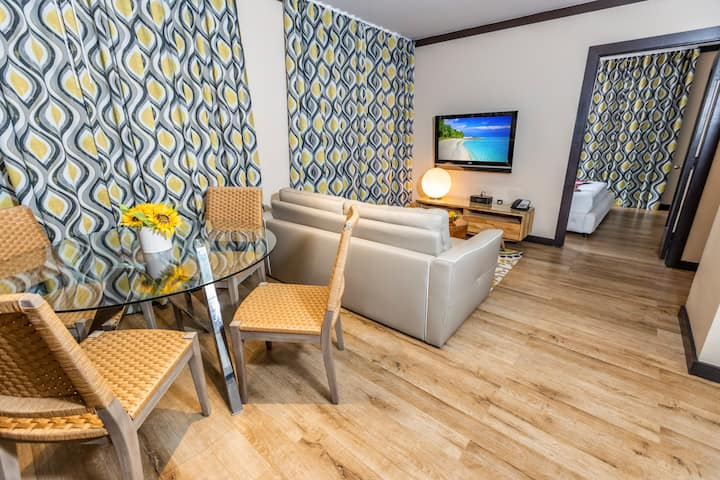 Large One Bedroom Apartment Suite with Queen Bed, Full Kitchen, Dining Area, in the Heart of South Beach, Splash Pool, Courtyard