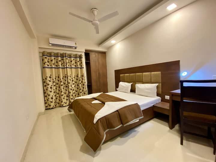 Comfy flat walking distance from Laxman Jhula.