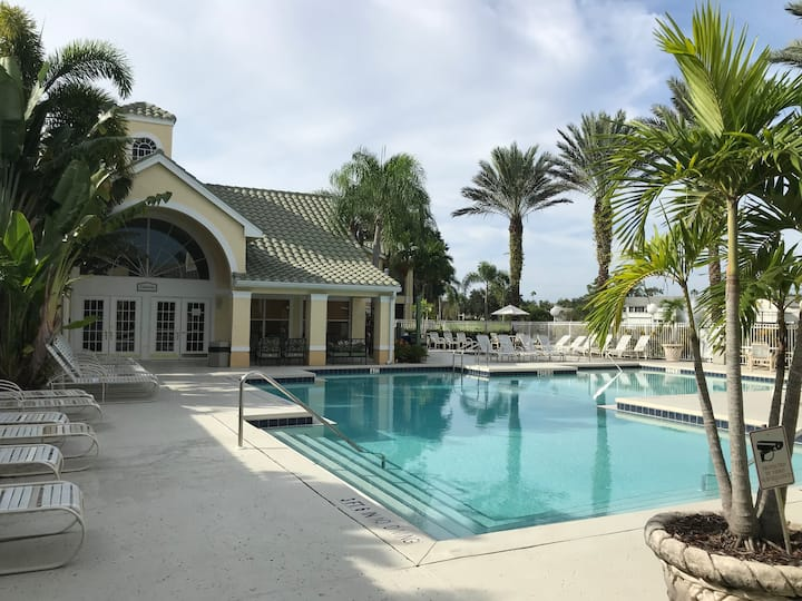 Beautiful  2/2 condo w/Lanai in Venetian Palms