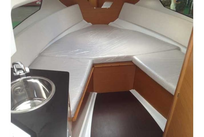 Cabine couchettte de bateau amarré au ponton