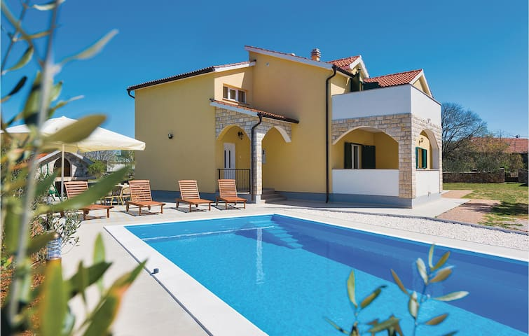 Holiday cottage with 4 bedrooms on 160 m² in Miljevci