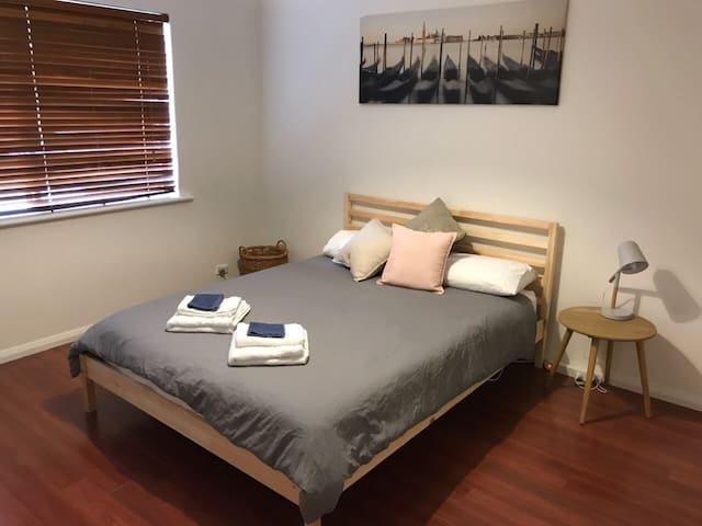 Main Bedroom (Queen)
