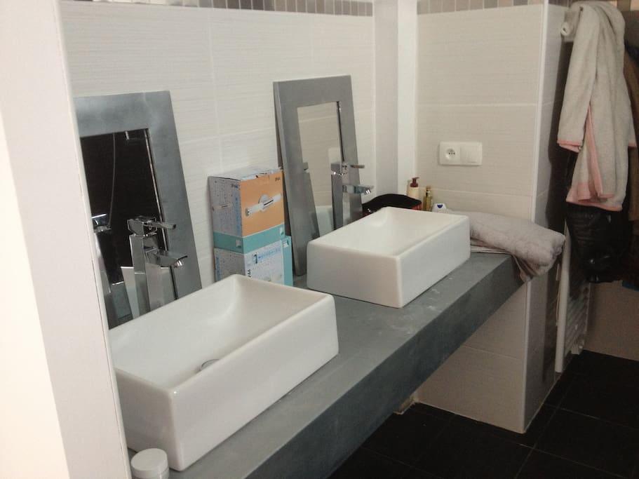 Salle de bain chambre 1. 2 vasques, une baignoire douche, un sèche serviette, un WC