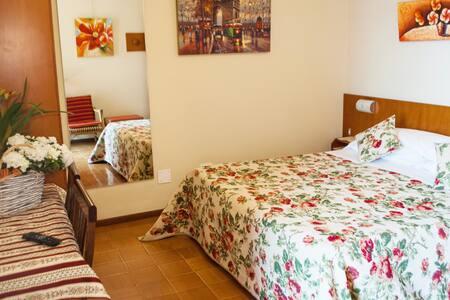 Camera doppia con Bagno/Doccia, aria condizionata-riscaldamento, wi-fi, TV lcd  Double room with bath/shower, air conditioning-heating, TV lcd, Wi-Fi