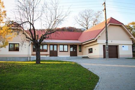Rodinný dom s altánkom a ihriskom - Krupina - 独立屋