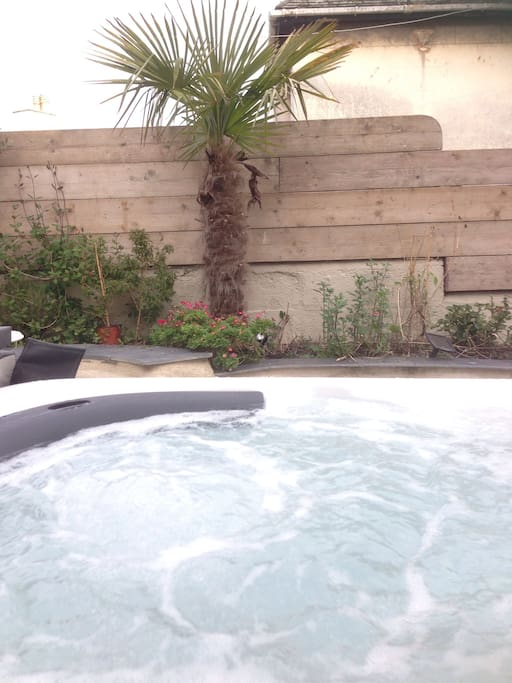 4 person jacuzzi hot tub in garden. Very rare for central Penzance.