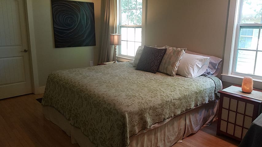 King-sized Bed/Private Bath in ATX's Coolest Hood