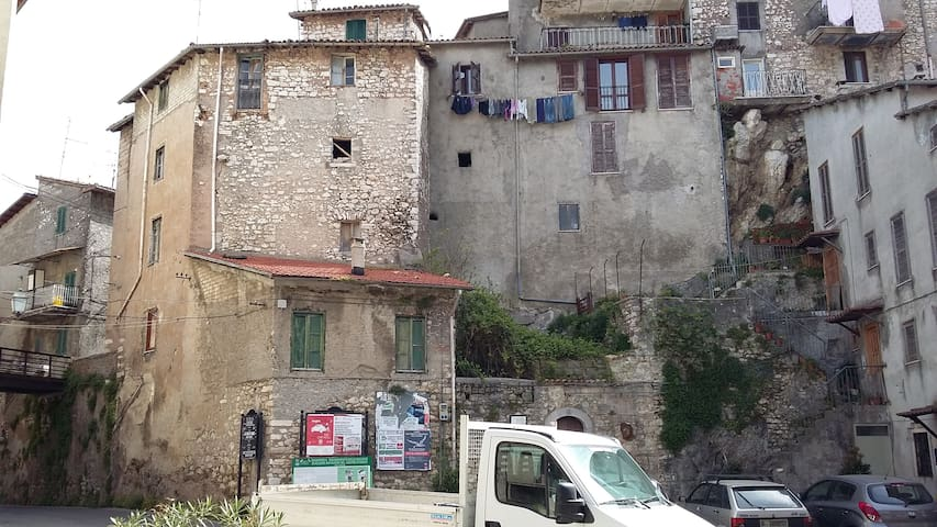 View from the little sq next to the house. Vista dalla piazza antistante la casa
